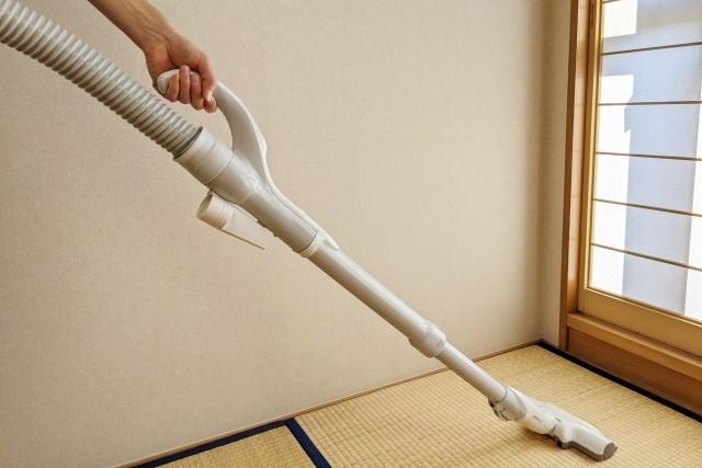 畳の目に沿って掃除機をかける